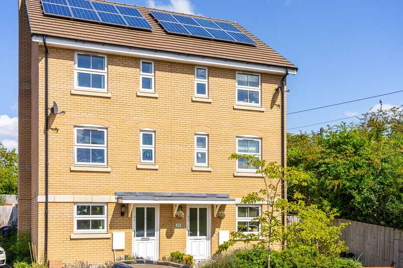 4 Bedrooms Semi Detached House for sale in Tynan Close, Royston, SG8