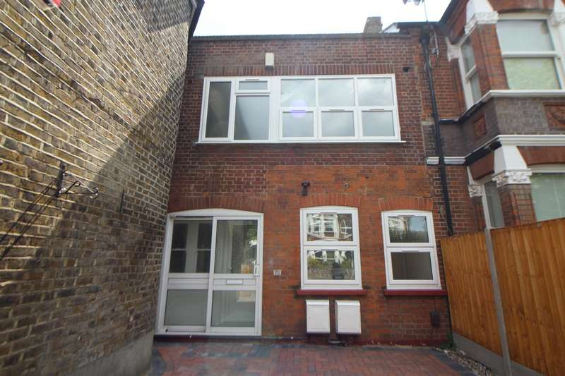 2 Bedrooms Flat for sale in Turners Hill, Cheshunt, Waltham Cross