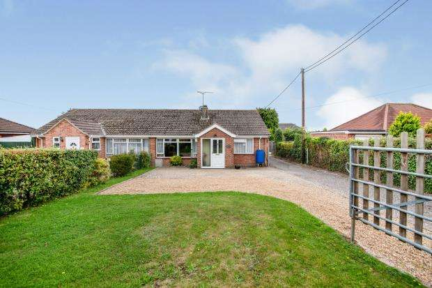 3 Bedrooms Bungalow for sale in Tadley, Hampshire