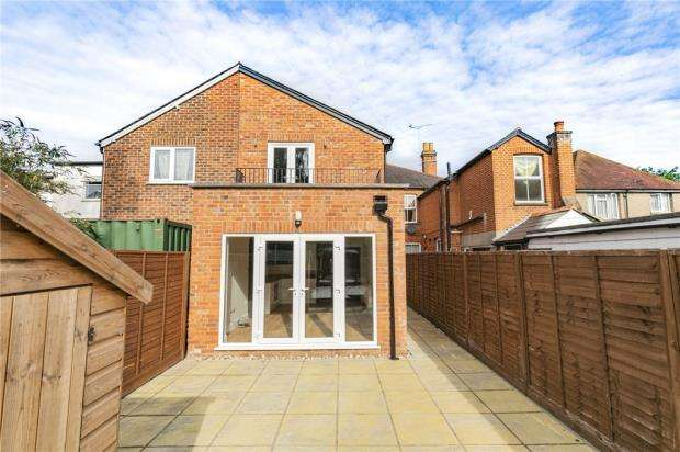 1 Bedroom Apartment Flat for sale in Chertsey Road, Windlesham, Surrey