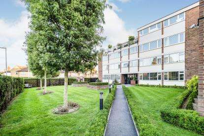 2 Bedrooms Flat for sale in Ashurst Drive, Barkingside, Essex