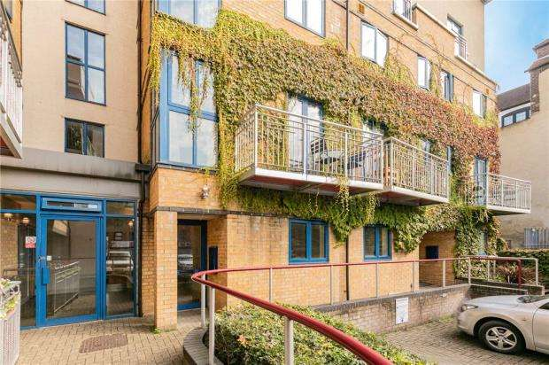 3 Bedrooms Maisonette Flat for sale in The Galleries, Dovecot Road, High Wycombe