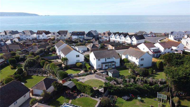 2 Bedrooms Maisonette Flat for sale in Castle Close, Milford On Sea, Lymington, Hampshire, SO41