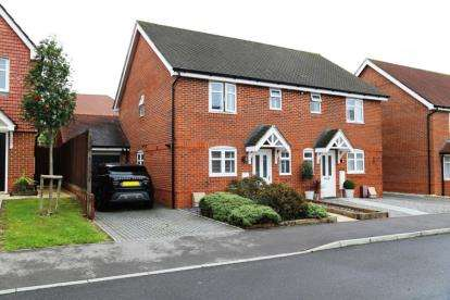3 Bedrooms Semi Detached House for sale in Clanfield, Waterlooville, Hampshire