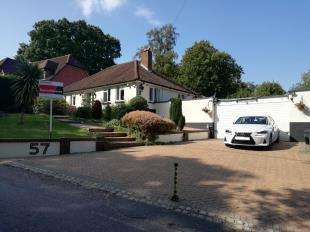3 Bedrooms Bungalow for sale in Lusted Hall Lane, Tatsfield, Surrey, Kent