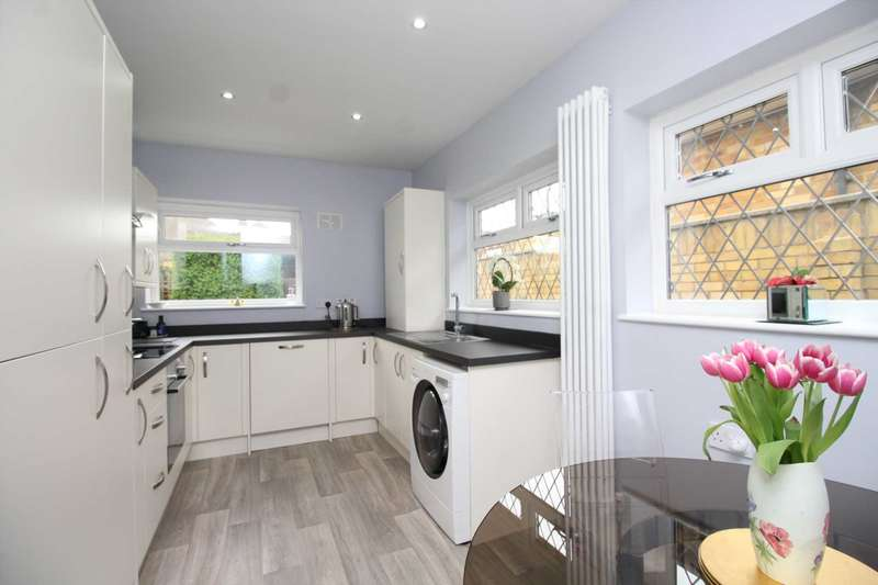 2 Bedrooms Semi Detached House for sale in Havering Road, Collier Row