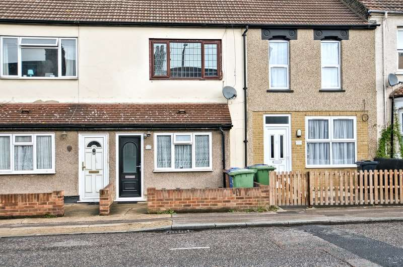 2 Bedrooms Flat for sale in Clarence Road, Grays, Essex, RM17