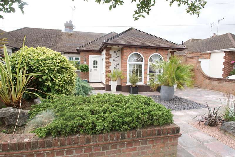 2 Bedrooms Semi Detached Bungalow for sale in The Ryde, Leigh-On-Sea