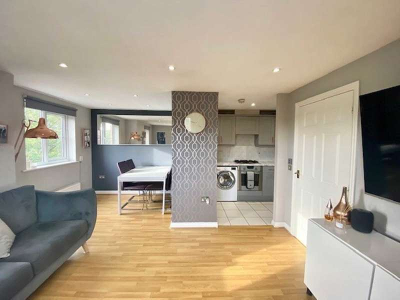 2 Bedrooms Flat for sale in Downing Court, Borehamwood