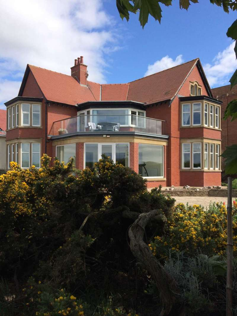 3 Bedrooms Detached House for sale in North Promenade, St Annes