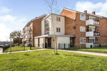 2 Bedrooms Flat for sale in Collier Row, Romford, Havering