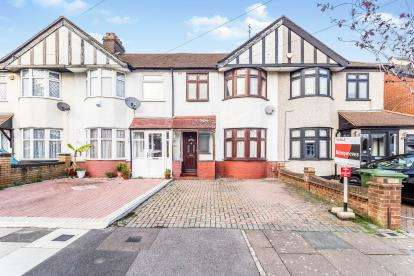 3 Bedrooms Terraced House for sale in Clayhall