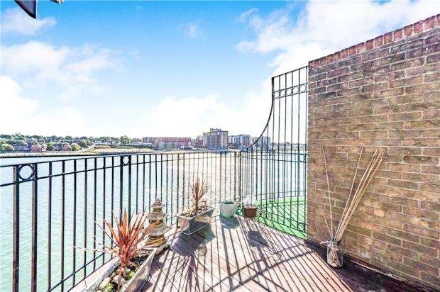 3 Bedrooms Apartment Flat for sale in Andes Close, Southampton
