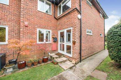 2 Bedrooms Maisonette Flat for sale in Linley Crescent, Mawneys, Romford