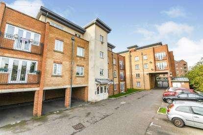2 Bedrooms Flat for sale in Capstan Drive, Rainham, Essex