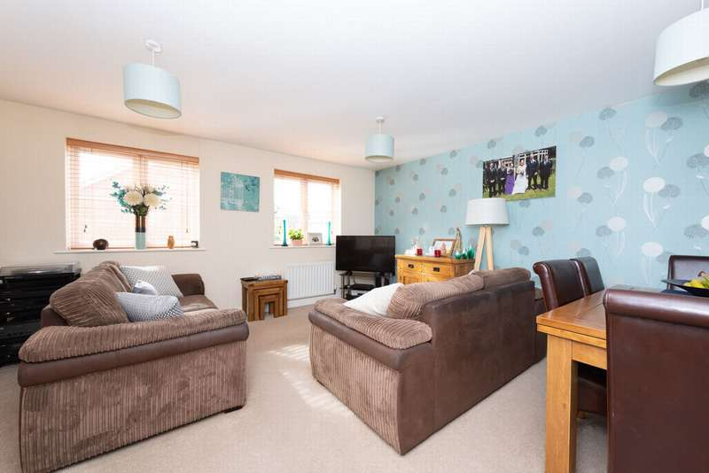 3 Bedrooms Town House for sale in Cranwell Road, Farnborough, GU14