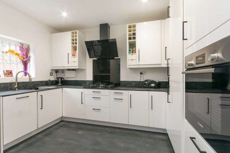 2 Bedrooms Flat for rent in Leamington Park, North Acton, W3