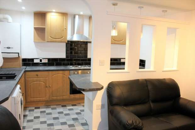 3 Bedrooms Terraced House for rent in Lancaster Road North, Preston, PR1