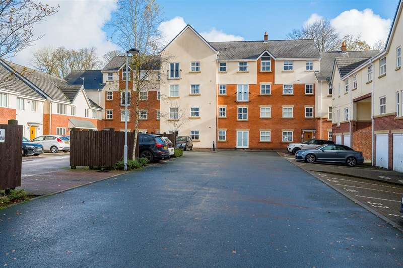 2 Bedrooms Flat for sale in Clarendon Gardens, Bromley Cross, Bolton