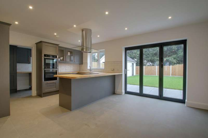 4 Bedrooms Detached House for sale in 11, Melinda Lane, Clacton-on-Sea