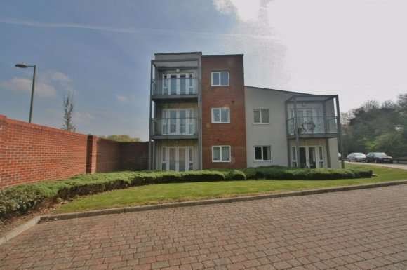 2 Bedrooms Flat for rent in LOWE GARDENS, POPLEY