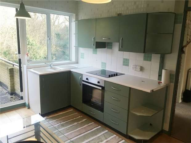 2 Bedrooms Maisonette Flat for rent in The Copse, Chingford, London