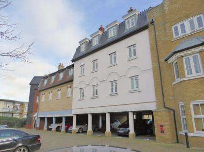 2 Bedrooms Flat for sale in Roche Close, Rochford, Essex