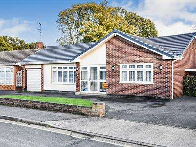 2 Bedrooms Detached Bungalow for sale in The Dale,Thundersley