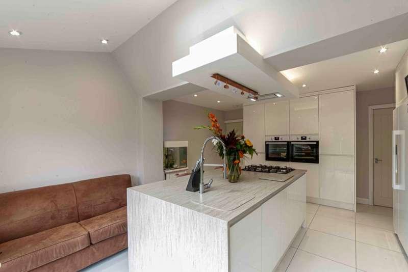 3 Bedrooms Detached House for sale in Spring Lane, Lees, Oldham, OL4 5AZ