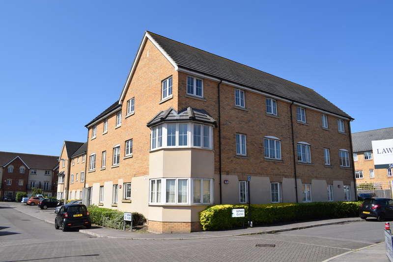 2 Bedrooms Ground Flat for sale in Genas Close, Barkingside