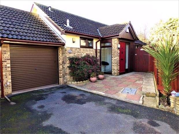 2 Bedrooms Detached Bungalow for sale in Pilgrims Close , Southend-On-Sea, Southend-On-Sea, Essex. SS2 4XF