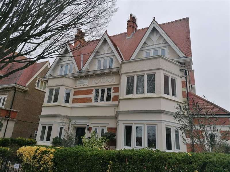 2 Bedrooms Flat for rent in Grimston Gardens, Folkestone, Kent CT20 2PU