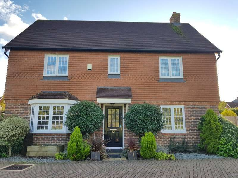 5 Bedrooms Detached House for sale in Peppiatt Close, Horley, Surrey, RH6