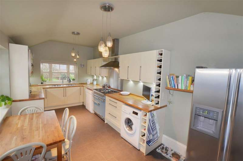 5 Bedrooms Semi Detached House for sale in The Mount, Pontefract