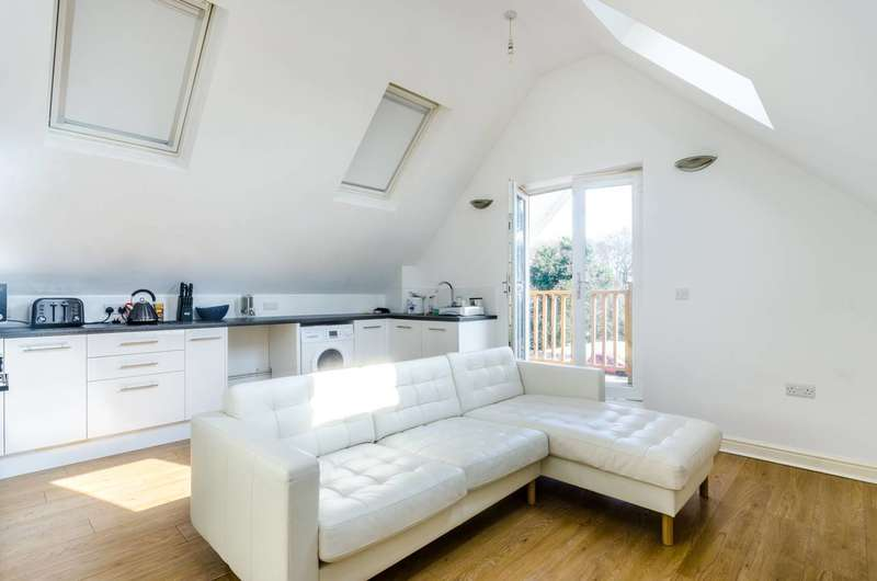 2 Bedrooms Flat for rent in Monks Orchard Road, West Wickham, BR3