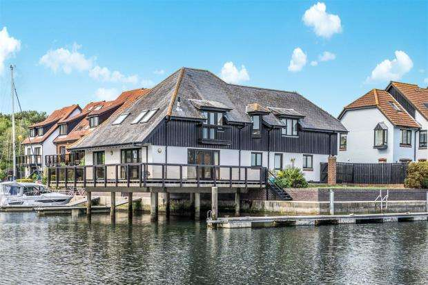 4 Bedrooms Detached House for sale in White Heather Court, Hythe, Southampton