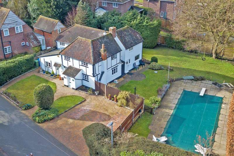 5 Bedrooms Detached House for sale in Goughs Lane, Berkshire