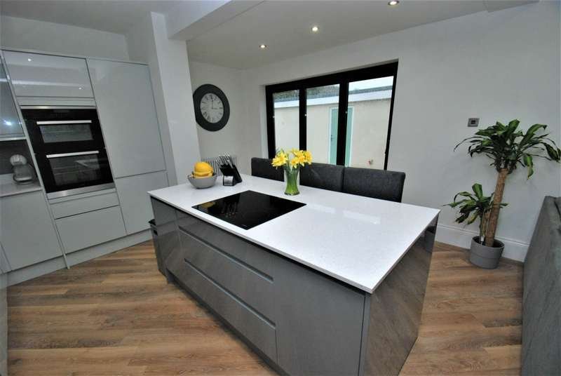 5 Bedrooms Semi Detached House for sale in Sunniside Drive, South Shields
