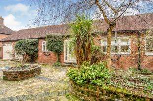 2 Bedrooms Bungalow for sale in Angel Yard, North Street, Midhurst, West Sussex