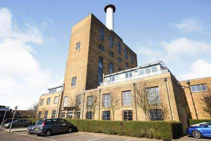 2 Bedrooms Flat for sale in Pollards Close, Rochford, Essex