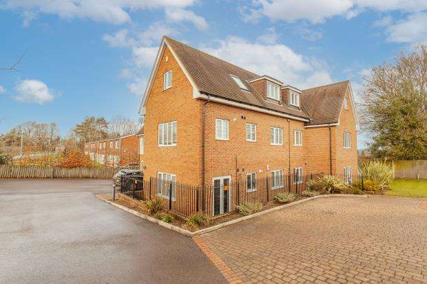 2 Bedrooms Apartment Flat for sale in Robin Hill House, Monteagle Lane, Yateley