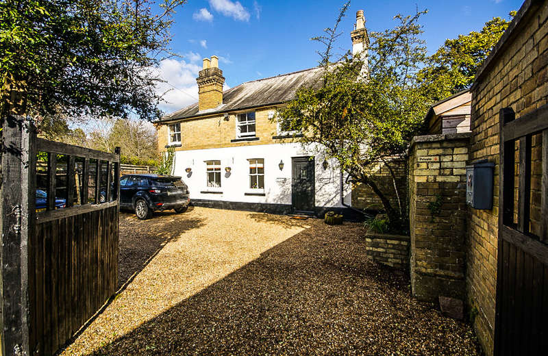 3 Bedrooms Detached House for sale in West End Lane, Pinner