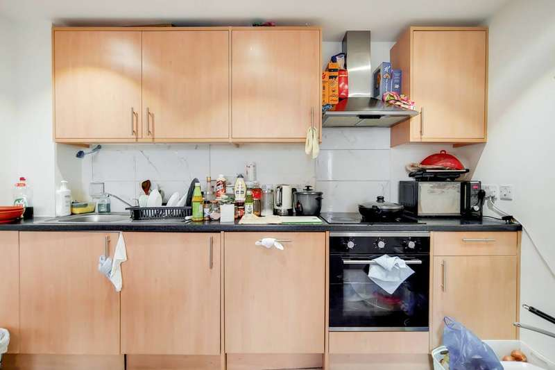 2 Bedrooms Flat for sale in High Street, Ilford, IG1