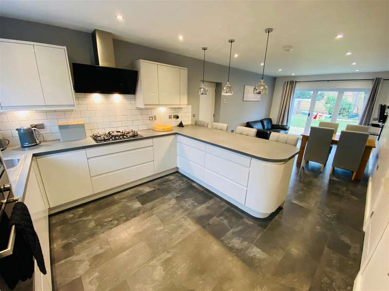 5 Bedrooms Detached House for sale in North Street, Barmby-On-The-Marsh, Goole