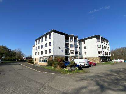 2 Bedrooms Flat for sale in Cadzow House, The Furlongs