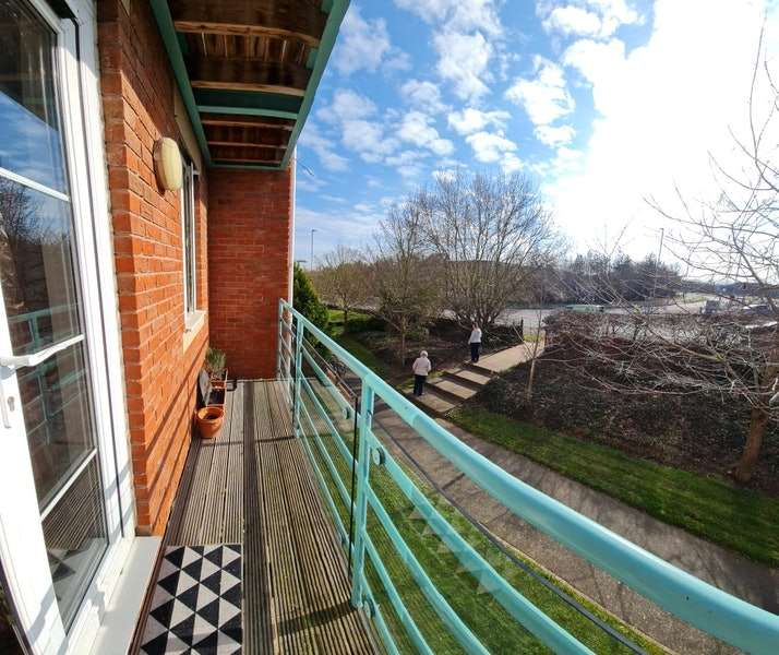 2 Bedrooms Flat for sale in Russell Walk, Exeter, Devon, EX2