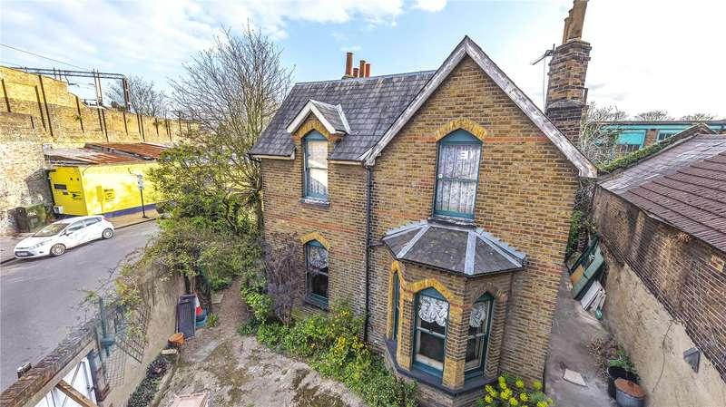 4 Bedrooms Detached House for sale in Moorefield Road, London, N17