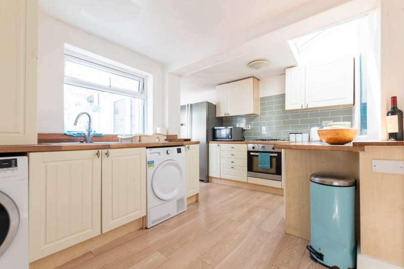 3 Bedrooms Terraced House for sale in Garstang Road South, Wesham, PR4 3BH