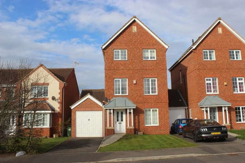 4 Bedrooms Semi Detached House for sale in Weir Close, Wigston, Leicestershire, LE18