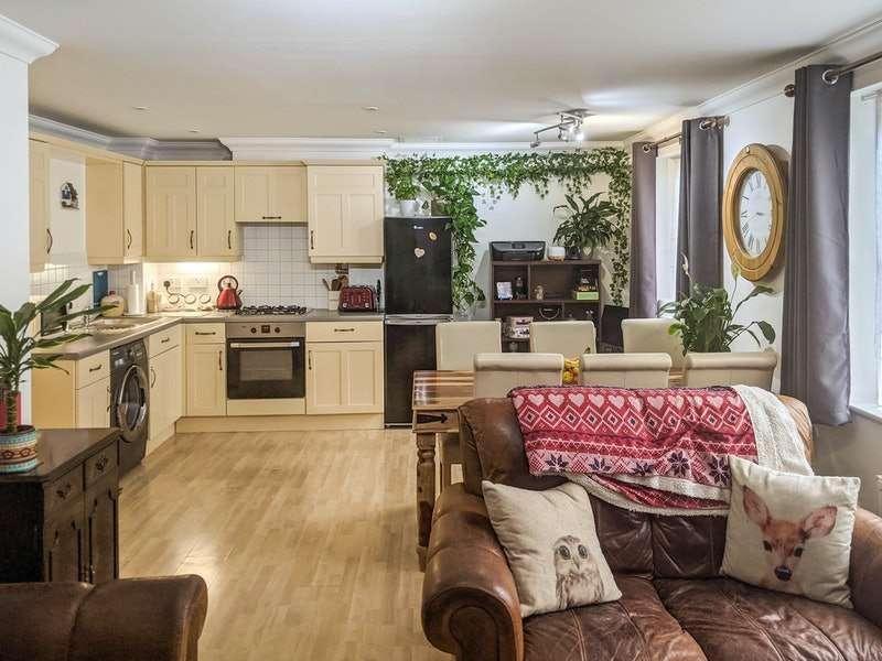 2 Bedrooms Flat for sale in Carlisle Road, Romford, London, RM1